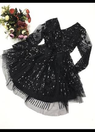 Блестящее платье с пышной юбкой