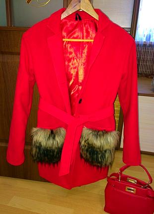 Яркое и стильное пальто тренч блейзер с меховыми карманами