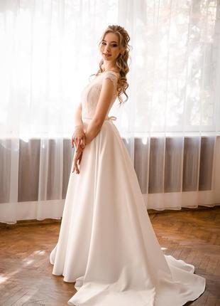 Атласное свадебное платье с кружевным корсетом