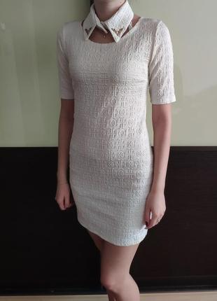 Белое облегающее платье