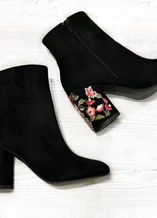 Брендовые новые черные замшевые ботинки/сапоги / ботильоны с вышивкой на каблуке размер 37