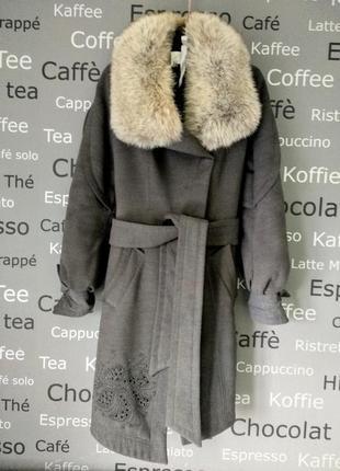 Шерстяное зимнее пальто с меховым воротником.