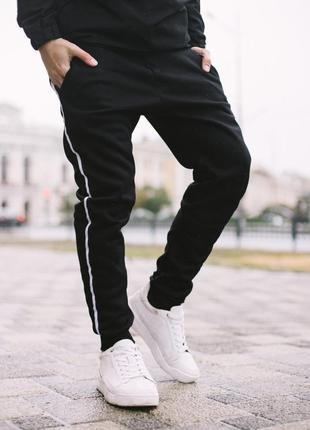 Черные штаны с лампасом