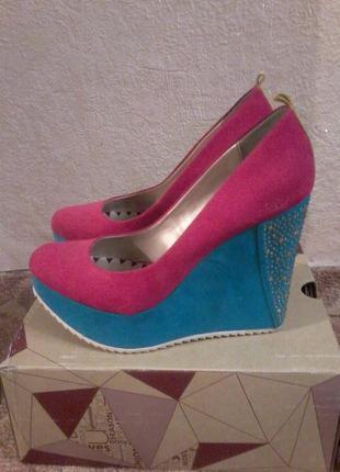 Туфли, яркике, устойчевые ,по приятной цене