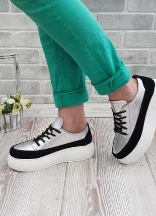 Потрясающие серебряные кроссовки