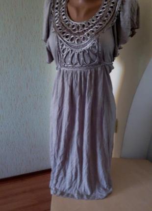 Легкое трикотажное платье с оригинальными рукавами и отделкой