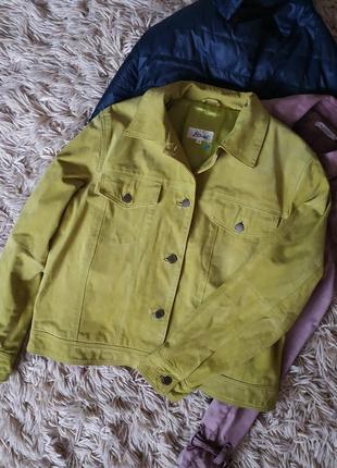 Замшевая яркая куртка. цвета лайм