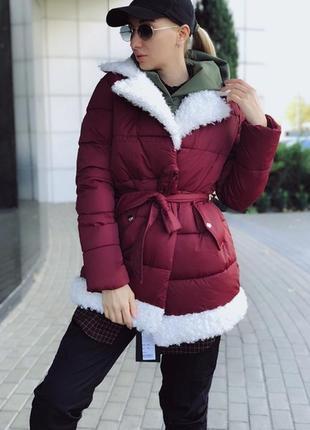 Теплая куртка с поясом с овчиной
