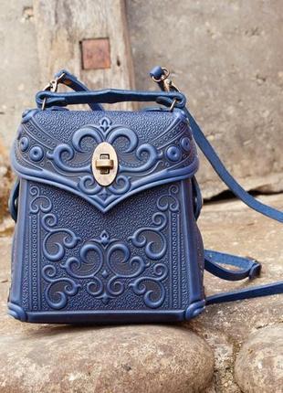 Сумочка-рюкзак кожаная темно-синяя с орнаментом тиснение