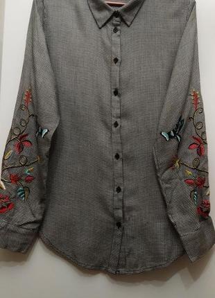 Стильная женская рубашка в клетку с вышивкой