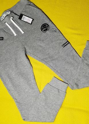 Красивые спортивные штаны.