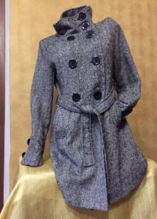 Серое стильное пальто под пояс