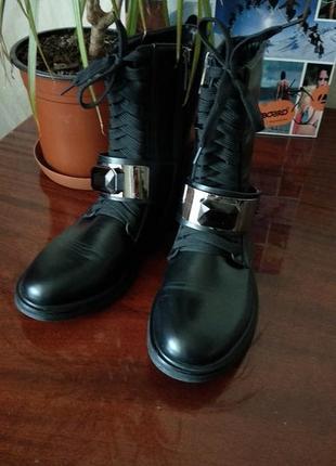 Демисезонные ботинки с пряжкой