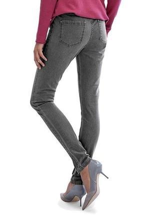Стильные серые стрейчевые джинсы джеггинсы