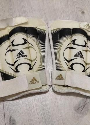 Фирменные щитки футбольные. оригинал. adidas.