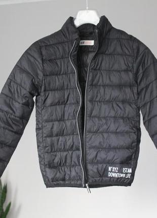 Пухова курточка чорного кольору