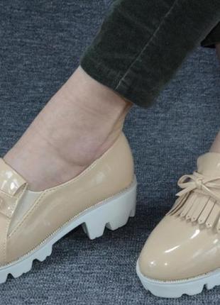 Бежевые лаковые туфли лоферыс бахромой