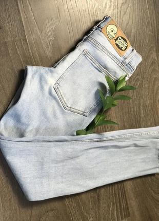 Светлые джинсы с обрезанным краем xs/s
