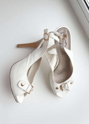 Белые босоножки на каблуке.
