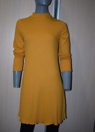 Трикотажное платье водолазка в рубчик