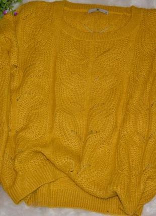 Красивый желтый свитер в крупные косы