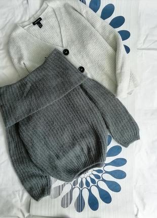 Серый объемный вязаный свитер на плечи спущенных плечах открытыми плечами оверсайз сірий