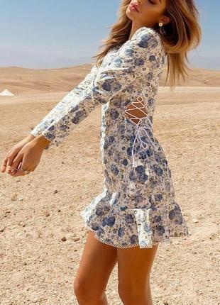 Prettylittlething романтична квітчаста сукня з зав'язками