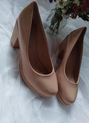 Лаковые туфли бежевого цвета