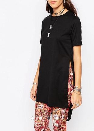 Чёрная удлиненная футболка с разрезами по бокам футболка