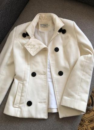 Срочно продам драповое пальто в белоснежном цвете.