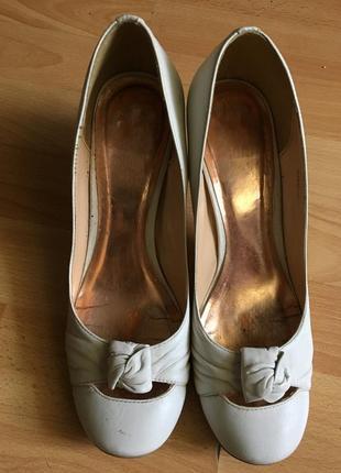 Кожаные белые туфли