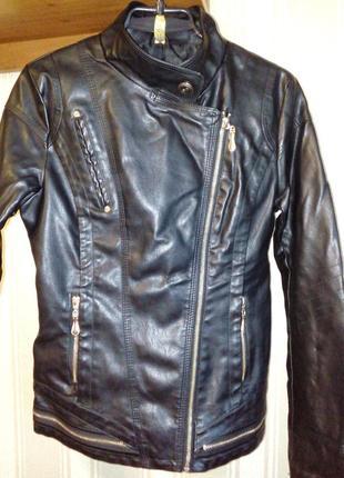 Курточка из искусственной кожи.