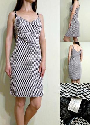 Демисезонное фактурное платье с вырезами на талии