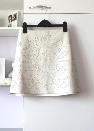 Серо бежевая юбка трапеция с перфорацией под кожу от zara