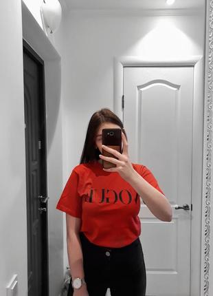 Красная футболка с надписью vogue