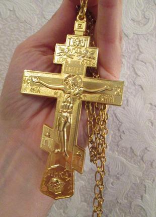 Большой крест на длинной цепочке