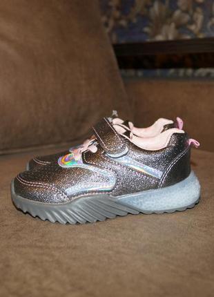 Красивые кроссовки со светящейся подошвой