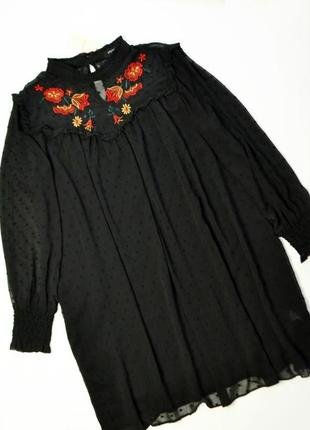 Свободное черное платье с длинным рукавом и вышивкой цветы