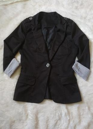 Чорний приталений піджак