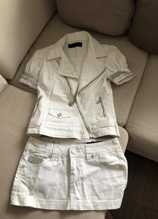 Белый джинсовый костюм с мини юбкой