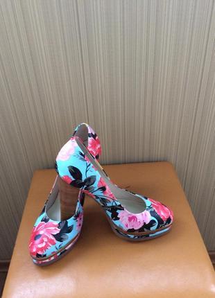 Яркие разноцветные туфли