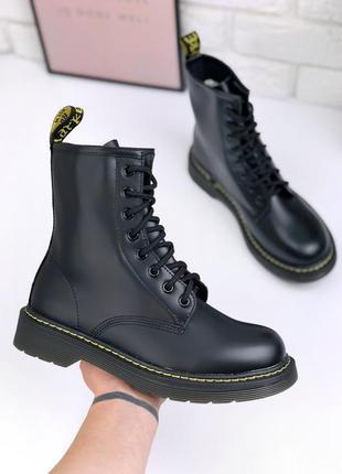 Трендовые демисезонные ботинки черного цвета на шнуровке под бренд
