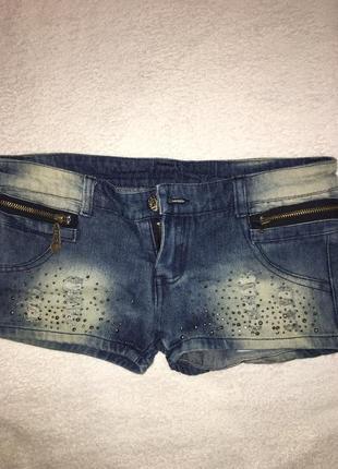 Джинсовые шорты с потертостями и стразами