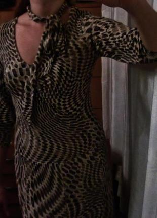 Красивое платье украшено камнями Essence Италия Р. М.