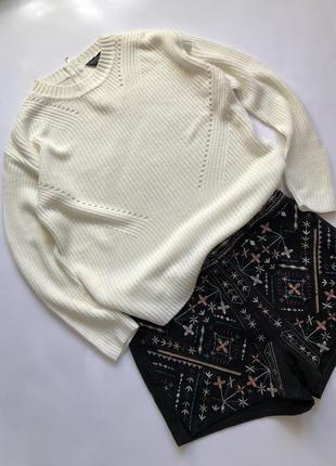 Белый свитер с вязаным узором круглым вырезом на горловине