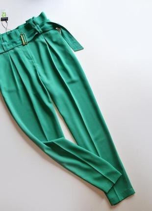 Стильные зеленые брюки с поясом