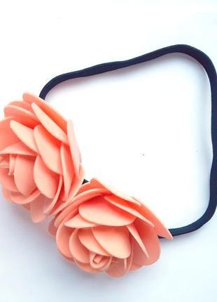 Греческая повязка с крупными персиковыми розами