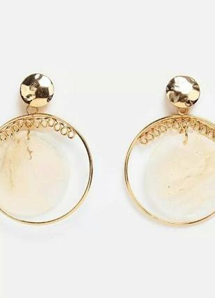 Стильные сережки круглые золотого цвета с перламутровыми ракушками