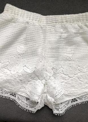 Белые, кружевные шорты