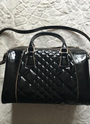 Вместительная черная лаковая сумка mango